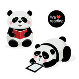 Due panda svegli con il concetto della lettura Fotografia Stock Libera da Diritti