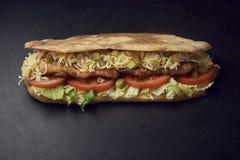Due panini di sottomarino freschi con i sottaceti, il formaggio, i pomodori, il pollo arrostito e la lattuga fotografia stock libera da diritti
