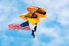 Due paracadutisti dell'esercito americano che portano la bandiera americana Fotografia Stock