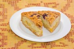 Due parti del grafico a torta del limone con la parte superiore della ciliegia Fotografia Stock