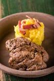 Due parti di filetto di carne di maiale sul piatto dell'argilla Fotografie Stock Libere da Diritti