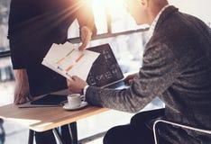 Due partner che fanno ricerca per la nuova direzione di affari Uomo d'affari adulto che lavora computer portatile moderno e che m fotografia stock