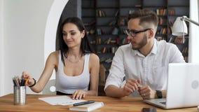 Due partner startup discutono e sorridono video d archivio