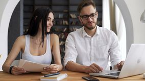 Due partner startup discutono e sorridono stock footage
