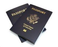 Due passaporti degli Stati Uniti isolati su bianco Immagini Stock Libere da Diritti