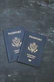 Due passaporti degli Stati Uniti su fondo nero Fotografia Stock