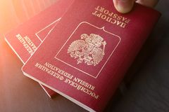 Due passaporti russi a disposizione alla luce solare modificato fotografia stock