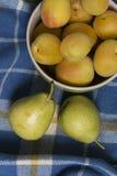 Due pere accanto alle ciotole di albicocche Fotografia Stock Libera da Diritti