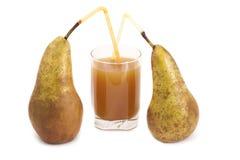 Due pere e un vetro del succo della pera. Fotografia Stock