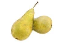 Due pere mature su una priorità bassa bianca. immagine stock