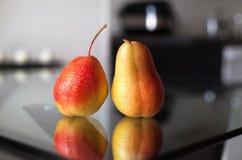 Due pere sulla tavola di vetro Fotografia Stock