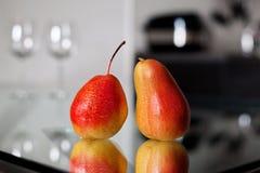 Due pere sulla tavola di vetro Immagini Stock Libere da Diritti