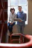Due persone di affari che hanno riunione informale sulle scale dell'ufficio immagine stock libera da diritti