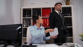 Due persone di affari in ufficio La donna chiede al collega dell'uomo di aiutare, ma rifiuta e va via archivi video