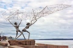 Due pescatori, lancianti una rete nel lago Immagini Stock