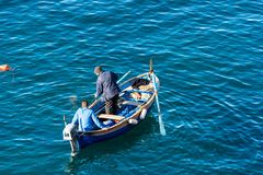 Due pescatori su una barca - Riomaggiore Liguria Italia fotografia stock