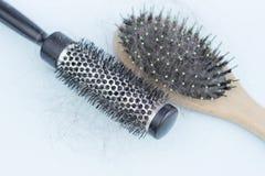 Due pettini con capelli sciolti, concetto di perdita di capelli, cura di capelli immagini stock libere da diritti