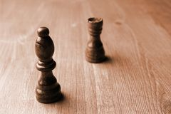 Due pezzi degli scacchi rook e vescovo su un unplaced di legno fotografie stock