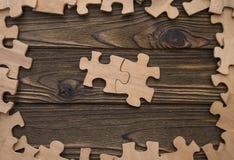 Due pezzi del puzzle sono collegati nel centro Fotografia Stock