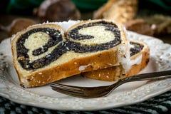 Due pezzi di dolce del poppie-seme su un piatto Fotografia Stock Libera da Diritti