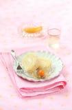 Due pezzi di dolce tropicale dello swiss roll con il materiale da otturazione del formaggio cremoso del mango Immagine Stock