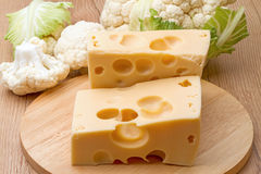 Due pezzi di formaggio e di cavolfiore Fotografie Stock