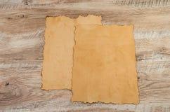 Due pezzi di papiro su un fondo di legno immagini stock libere da diritti