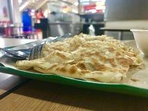 Due pezzi di paratha, un pane indiano in un centro del venditore ambulante Fotografia Stock