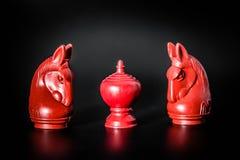 Due pezzo degli scacchi tailandese rosso di re e del cavaliere su fondo nero con il fuoco selettivo Immagini Stock Libere da Diritti