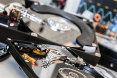 Due più vecchio HDDs in un laboratorio di prova pronto per il recupero di dati o la r Immagine Stock Libera da Diritti