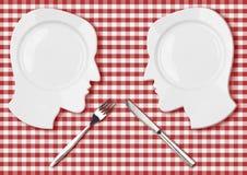 Due piatti capi con il coltello e la forcella combattono il concetto royalty illustrazione gratis