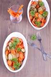Due piatti con le patate al forno e le carote Immagini Stock Libere da Diritti