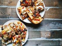 Due piatti con pizza casalinga sulla tavola Fotografia Stock Libera da Diritti