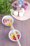 Due piatti di vermicelle e dei bastoncini cinesi Fotografia Stock