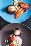 Due piatti vegetariani con le pere sui piatti, vista dalla cima Fotografia Stock