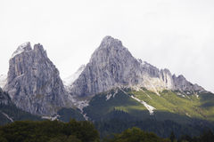 Due picchi rocciosi nelle alpi Fotografie Stock
