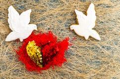 Due piccioni bianchi Due parti del cuore Cuore rosso Disposizione piana immagini stock libere da diritti
