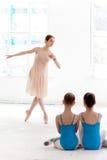Due piccole ballerine che ballano con l'insegnante personale di balletto nello studio di ballo Fotografie Stock Libere da Diritti