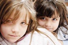 due piccole ragazze fotografie stock libere da diritti