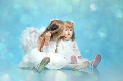Due piccole sorelle sveglie con le ali dell'angelo Immagine Stock Libera da Diritti