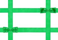 Due piccoli doppi nodi verdi dell'arco su quattro nastri Fotografie Stock