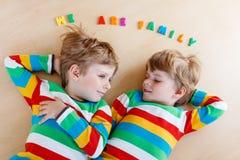 Due piccoli ragazzi del bambino del fratello germano divertendosi insieme, all'interno Fotografie Stock Libere da Diritti