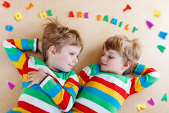 Due piccoli ragazzi del bambino del fratello germano divertendosi insieme, all'interno Immagini Stock