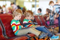 Due piccoli ragazzi stanchi del fratello germano all'aeroporto Fotografie Stock