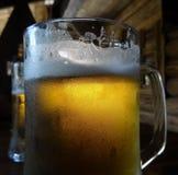 Due pinte della birra del mestiere con schiuma sul vetro sulla tavola di legno Fotografia Stock