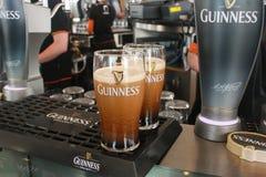 Due pinte della birra sono servito alla fabbrica di birra del Guinness Fotografia Stock Libera da Diritti