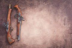 Due pistole d'annata di duello su fondo di legno fotografia stock libera da diritti