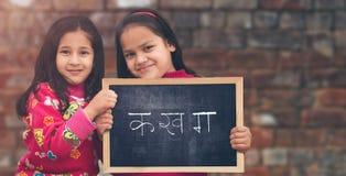 Due poche ragazze rurali indiane che tengono il bordo dell'ardesia fotografie stock