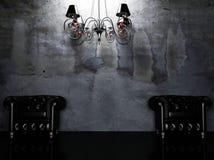 Due poltrone e un lampadario a bracci Immagine Stock