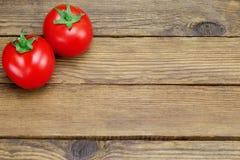 Due pomodori maturi su fondo di legno rustico Immagine Stock Libera da Diritti